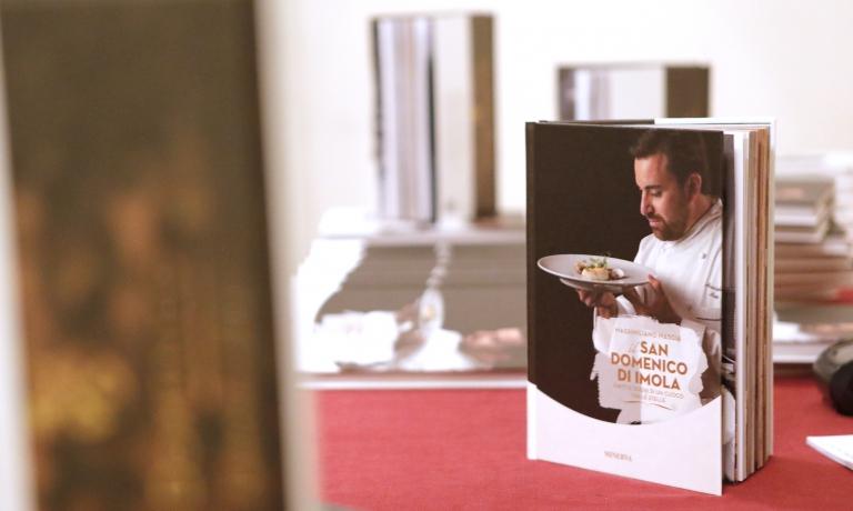 Il San Domenico di Imola. Piatti e sogni di un cuoco tra le stelle, il bel libro scritto da Massimiliano Mascia e pubblicato da Minerva Soluzioni Editoriali(pp. 208, 17 euro acquistandolo qui) che racconta la cucina di un indirizzo mitico nel panorama dell'alta cucina italiana