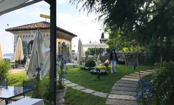 Il lato sud del giardino del Lido 84 a Gardone Riviera, sulla sponda bresciana del Lago di Garda. Sei anni dopo esservi entìrati, i fratelli Camanini hanno approfittato dell'emergenza Corona virus per mettervi ordine e recuperare una splendida vista panoramica