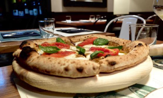 La pizzaCozza ma buona, con crema di cozze,filetti di pomodoro San Marzano, fiordilatte di Agerola, scorza di limone di Sorrento, basilico fresco e olio evo Colline Salernitane Dop