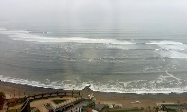 L'oceano Pacifico visto a Lima dalla vetrata di una stanza del JW Marriott nel quartiere di Miraflores