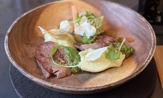 Lingua alla plancia, purea di patate di montagna, salsa verde e giardiniera