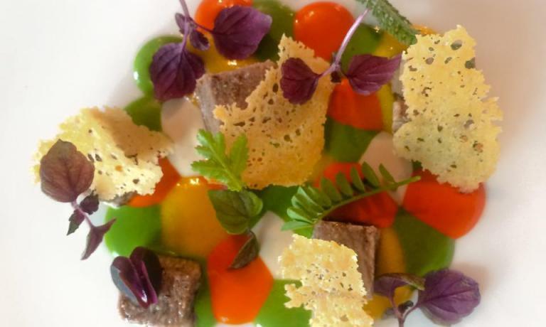Astrattismo in Omaggio a Kandinsky: Lingua di vitello fondente, bagnetto rosso e verde, crema di pane fermentato