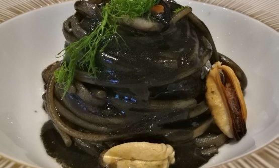Linguine Monograno Felicetti all'aglio nero, cozze e peperoncino