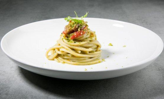 Spaghettone di Gragnano, salsa di olive verdi, alici in tortiera e crumble ai friarielli
