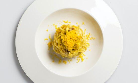 L'Insolita Carbonara: spaghetti con crema di pasticcera salata, guanciale croccante di cinta e bottarga di tuorlo d'uovo affumicato dry