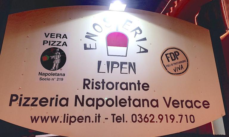 Il cartellone dell'Enosteria Lipen davanti al ristorante pizzeria di Corrado Scaglione a Canonica Lambro, una frazione del comunque di Triuggio in Brianza