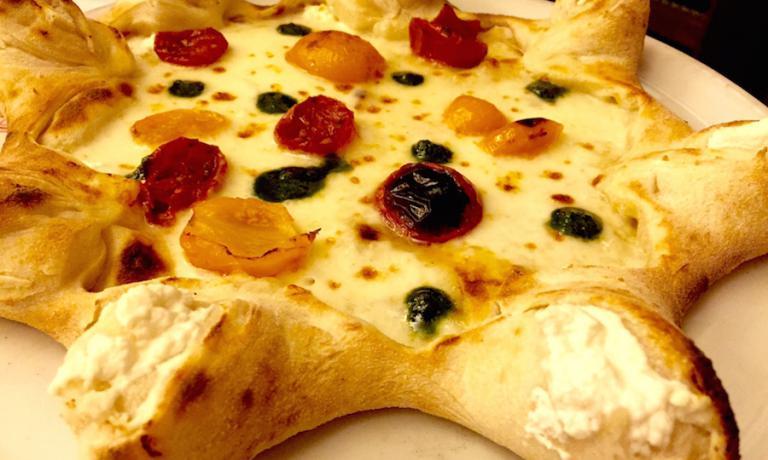 La Stella, pizza d'autore proposta da Corrado Scaglione da Lipen. Nelle punte un ripieno di ricotta