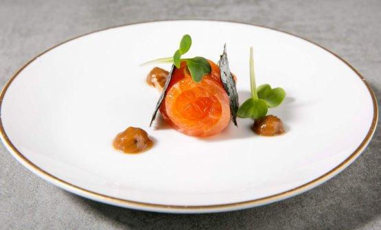 Entrée: Salmone marinato con tè affumicato, salsa di miso rossa e oliva taggiasca, alga nori e germogli di daikon, da Iyo Taste Experience