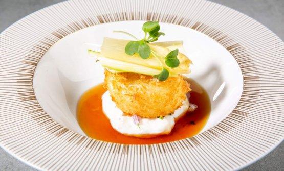 Crispy Tamago: Uovo morbido impanato nel panko, umadashi, salsa di gin dara marinato nella miso e asparagi, da Iyo Taste Experience