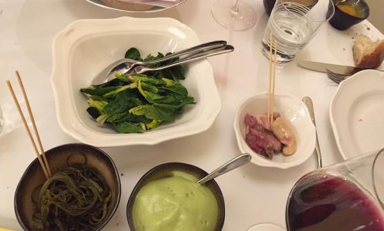 Frattaglie di pesce di lago marinate, spinaci in foglie e in crema e il loro brodo. Completa il piatto di Paolo Lopriore la frittura dei filetti di salmerino e di bottatrice in salsa agrodolce