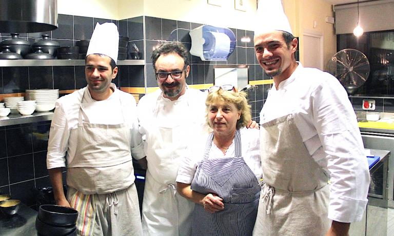 Paolo Lopriore con sua mamma Rosa e due cuochi nella cucina del Portico, il nuovo ristorante appena aperto in centro ad Appoiano Gentile in provincia di Como, il suo paese natale.
