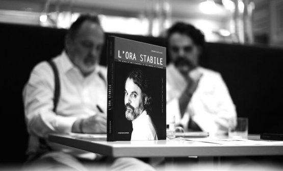 La copertina di L'ora Stabile ha dominato la presentazione alla stampa del primo libro di Marco Stabile nel suo ristorante a Firenze. Tutte le immagini di questo servizio sono di Andrea Moretti, autore anche degli scatti pubblicati nel volume assieme a quelli di Liudmila Musatova