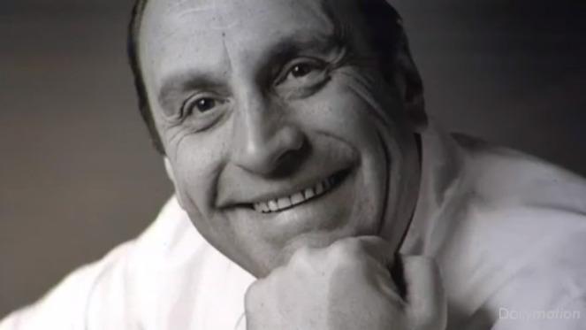 Bernard Loiseau, classe 1951, suicida il 24 febbraio del 2003. Affetto da disturbi bipolari, si diceva l'avesse fatto anche perché la Guida Michelin intendeva togliere la terza stella al suo ristorante diSaulieu. Per uno strano scherzo del destino, il fatto non si è mai avverato fino a oggi, 1 febbraio 2016:il Relais Bernard Loiseau diSaulieu è appena passato da 3 a 2 stelle