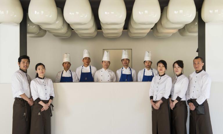 Tutti in posa: l'intero staff del ristorante Kanton, di Capriate San Gervasio, in provincia di Bergamo (tel. +39.02.90962671). Il primo da sinistra è lo chef,Weiku Zhu, che insieme alla moglie Meiling ha preso in gestione il locale dopo il rientro in Cibna del padre