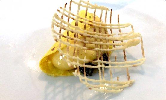 Ostrica, tuorlo d'uovo e croccante di riso