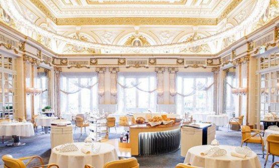 La meravigliosa sala del ristorante delLouis XVdi Ducasse a Montecarlo, 3 stelle Michelinda 29 anni