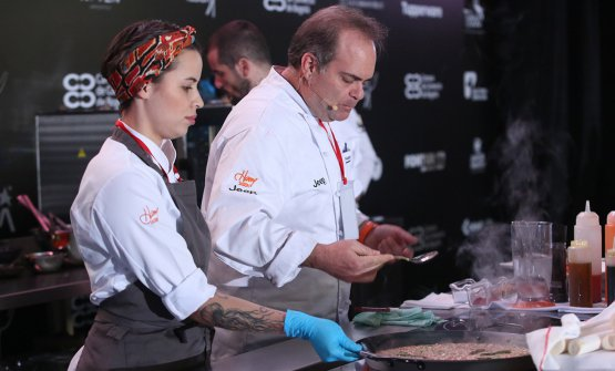 Sasson on the stage while preparing Paella with palmito