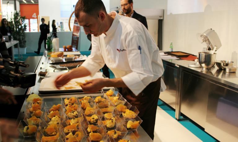 Il pasticcere del Ratanà Luca De Santi ha preparato un dolce a base di zucca, la cui preparazione è stata resa più precisa e rapida grazie ai forni Unox Bakertop