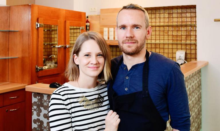 Petra e Oliver Lucas, marito e moglie, in sala lei
