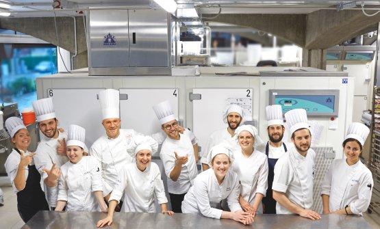 Lucca Cantarin con il suo staff, alla pasticceria