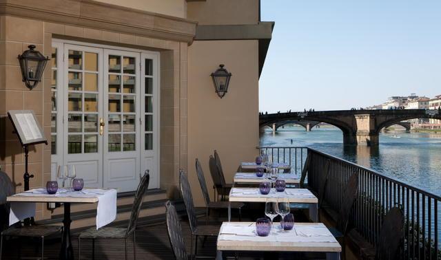 Una delle terrazze affacciate sul'Arno dell'Hotel Lungarno Collection
