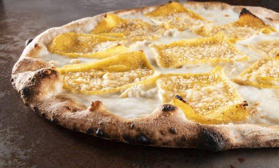 """Lumbard! Una tra le """"Pizze delle Valli"""" con fiordilatte, gorgonzola dolce Dop, taleggio Dop, grana padano Dop, chips di polenta"""