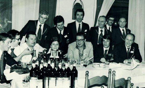 Anni '70, riunione di sommelier. Al centro Luigi Veronelli con alle spalle Giorgio Pinchiorri