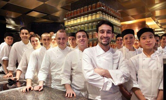 Riccardo Bertolino con la brigata della Maison Boulud