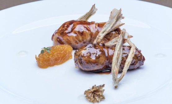 Turcinieddhi glassati alla birra con marmellata di cipolla all'arancia, critmiin tempura e infuso di luppolo