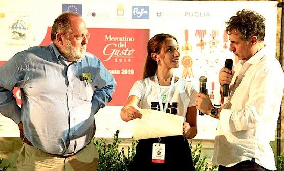 L'attore Antonio Stornaiolo legge, con Annachiara al Mercatino di Maglie in Salento, la motivazione del premio a Paolo Marchi