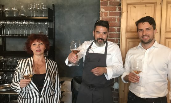 Maida Mercuri, Ivan Milani e Michele Ciani brindano con i vini di Aquila del Torre al pranzo-degustazione al Pont de Ferr