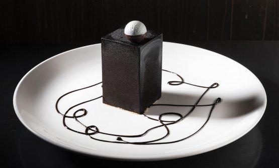Cubo di cioccolato Manjari, fragole e rucola, ricotta e pinoli caramellati