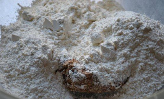 Mischiare il pre-impasto con altra farina