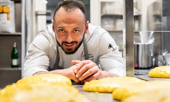 Alessandro Rinaldi vigila sugli impasti dei Panettoni da lui creati per l'occasione