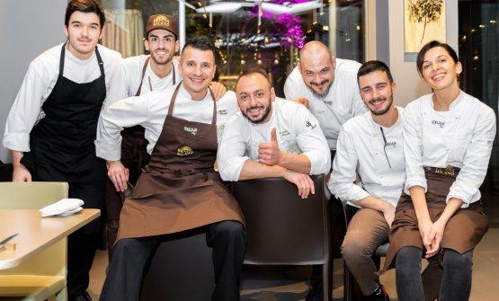 Foto di gruppo con la squadra di cucina di via Romagnosi