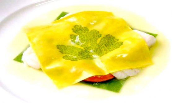 Il celeberrimo Raviolo aperto, piatto simbolo di Gualtiero Marchesi