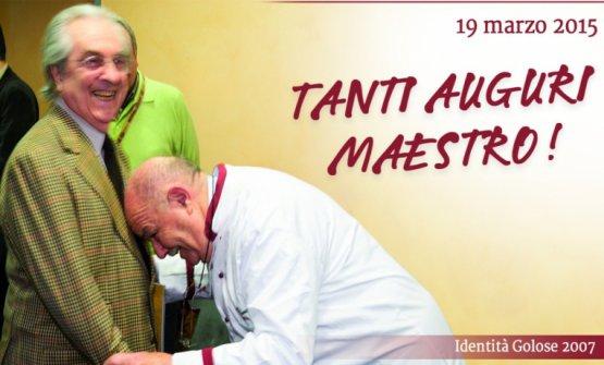 Identità Milano 2007:Gualtiero Marchesiriceve l'omaggio diPierre Troisgros, un mostro intoccabile della cucina francese. Identità Golose ripescò questa foto per festeggiare gli 85 anni del Maestro, nel 2015