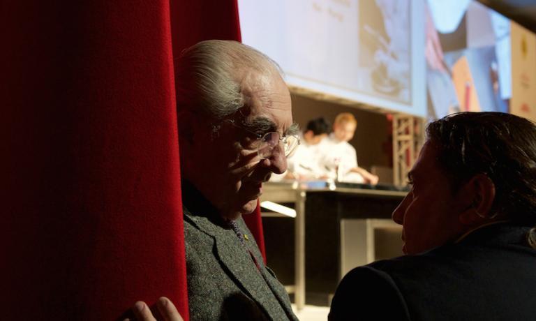 Gualtiero Marchesi speaking with Gianluca Fusto at Identità Milano 2015