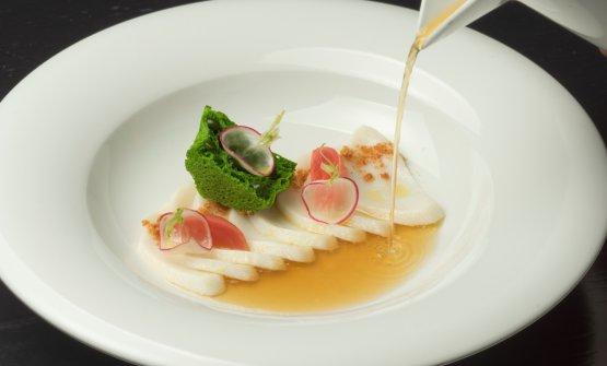Brodo di prosciutto crudo, merluzzo sfogliato, pane al prezzemolo e rapanelli (foto Marco Scarpa)