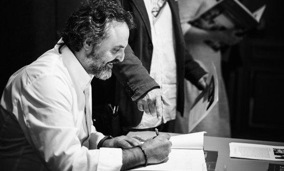 Marco Stabile firma le copie del suo primo libro