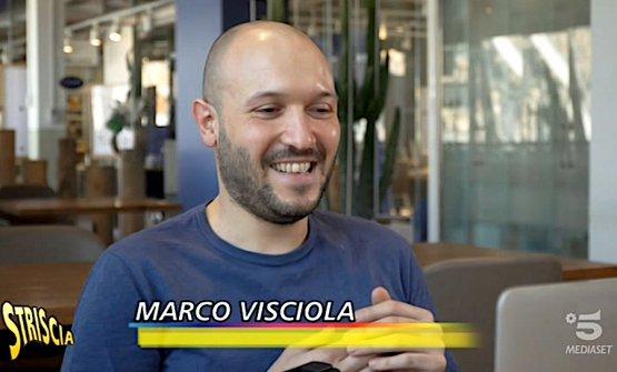 Marco Visciola e Paolo Marchi, nel servizio dedicato su Striscia la notizia alla Torta Pasqualina dello chef di Eataly Genova, hanno parlato tra loro via Skype. Per via della quarantena, l'ideatore e curatore di Identità Golose è a casa sua a Milano e da lì non si può muovere