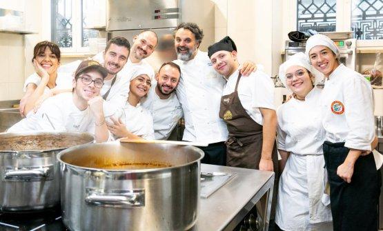 Foto di gruppo in cucina