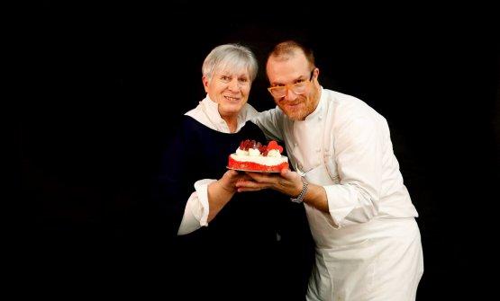 Lucca Cantarin e la mamma Marisa, a cui è dedicata l'insegna, sia della nuova gelateria chedella pasticceria