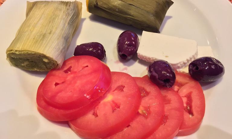 Prima colazione in hotel e prima curiosità che mi sono tolto: cosa sono i tamales? Risposta: involtini, sostanzialmente di tre generi diversi, due salati, che ho preso, e uno dolce che ha lasciato per un'altra occasione. Quello verde scuro è il tamal classico, foglia di banano e ripieno di maiale (ma anche pollo) e le farine di due mais secchi differenti. Quello pallido deve il colore chiaro alle foglie di mais mentre l'impasto, di mais bianco fresco, è color verde per via del coriandolo. Infine l'humida, come il precedente ma senza coriandolo e in più tendente al dolce.