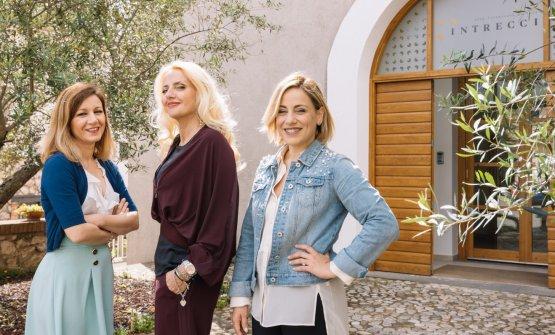 Le Cotarella Sisters fotografate davanti all'ingresso di Intrecci (foto di Andrea Di Lorenzo)