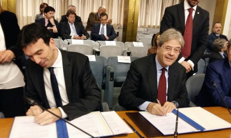 I ministri Maurizio Martina e Paolo Gentiloni ritratti mentre firmano alla Farnesina, martedì 15 marzo 2016, il Protocollo di collaborazione per la valorizzazione della cucina italiana di qualità all'estero