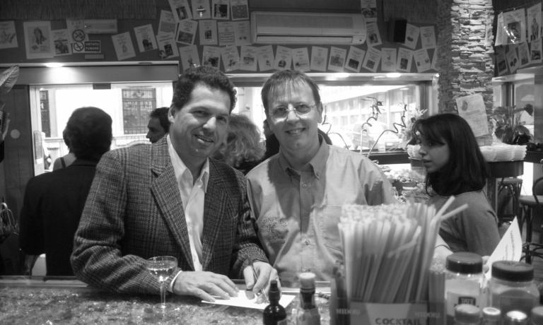 Fabiano Omodeo, già nostro barman durante i sei mesi di Identità Expo S.Pellegrino, ha il compito importante di inaugurare uno spazio di questo sitotutto dedicato all'arte del cocktail. Qui lo vediamo ritratto con alla sua destraJohn Patrick Hemingway,nipote di Ernest Hemingway, ovvero uno dei più illustri e appassionati fan del Martini Cocktail