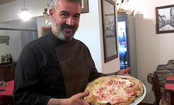 Massimo Bosco and his pizza with fiordilatte, per
