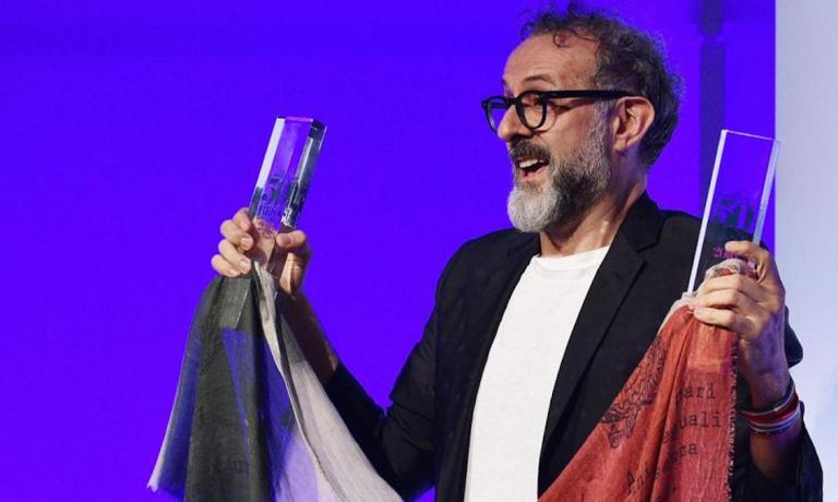 Foto ricordo per Massimo Bottura la sera di lunedì 13 giugno a New York quando trionfò nell'edizione 2016 dei World's 50 Best Restaurants, primo italiano in assoluto. Lo scatto è dell'agenzia AFP