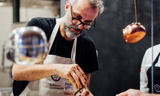 """I proventi del libro sono devoluti interamente a """"Food for Soul"""", l'associazione non profit del cuoco Massimo Bottura, che firma la prefazione del volume"""